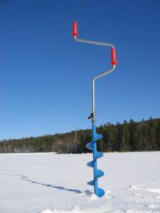 Une tariere manuelle pour creuser la glace